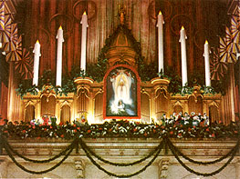 Wanamaker-Organ-Case-with-Giant-Candles-in-Color-Christmas
